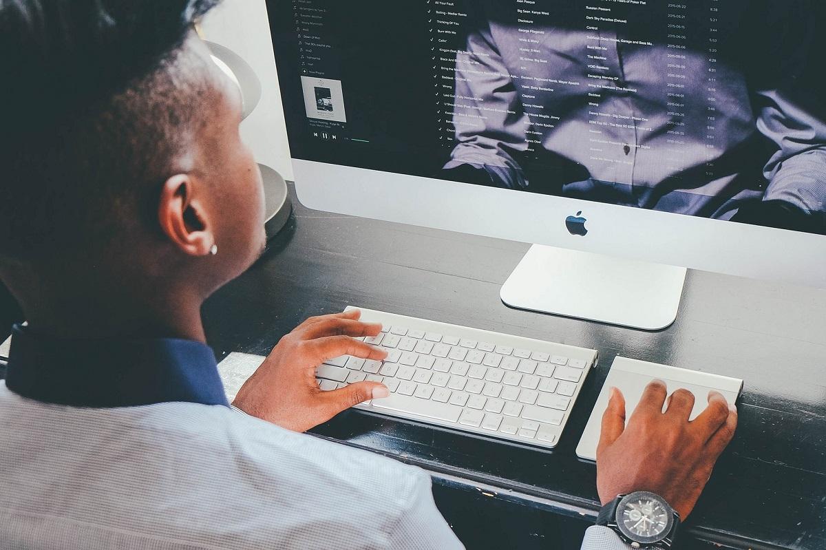 male on apple computer